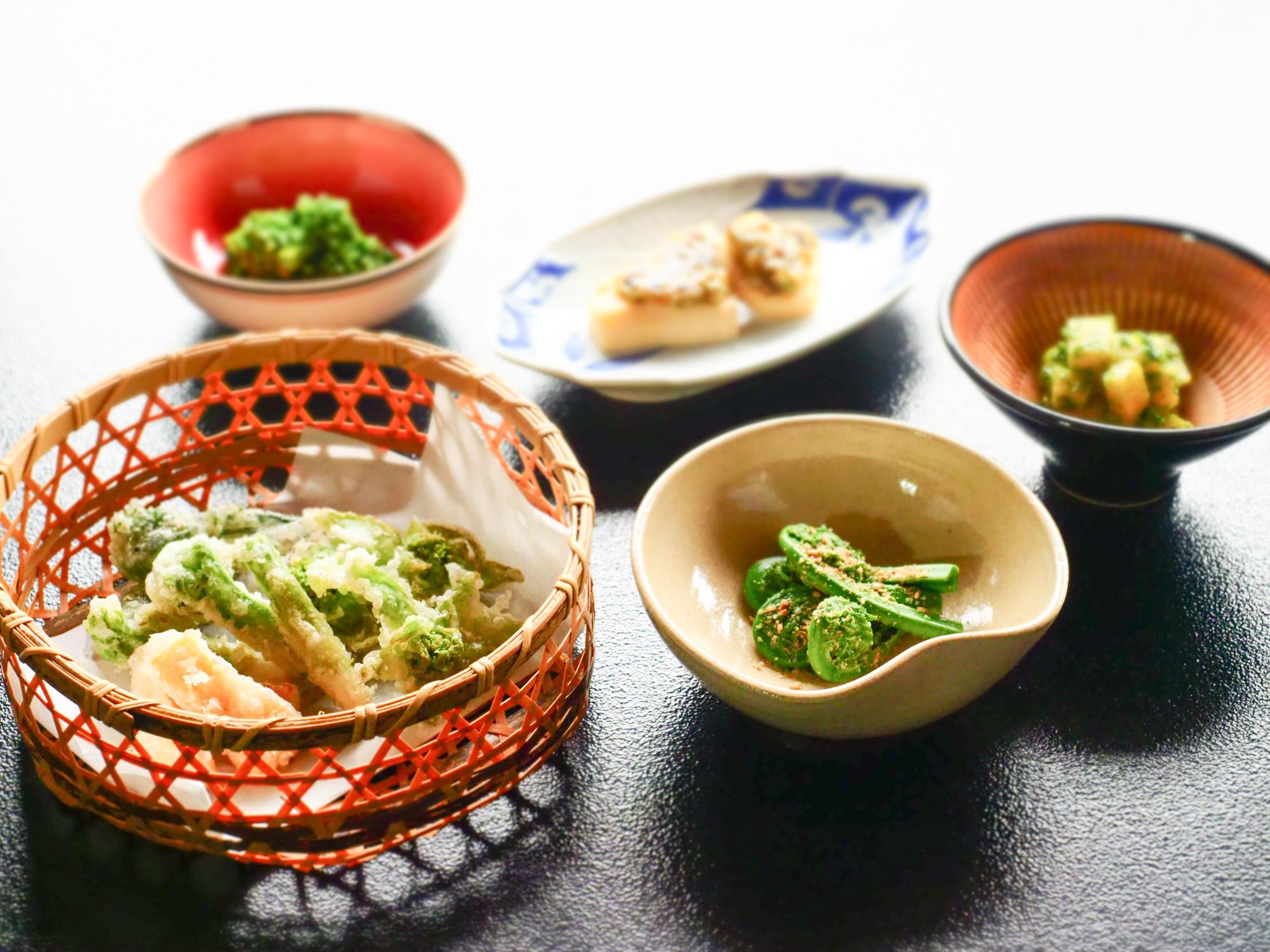 サクサクの山菜天ぷらと小鉢